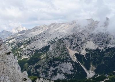 Levo se skriva Jalovec; desno greben Mojstrovk