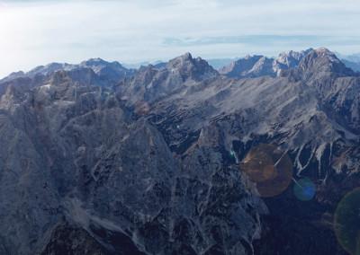 Prisojnik levo, dolgi greben Mojstrovk, odzadaj Jalovec in na skrajni desni Mangart
