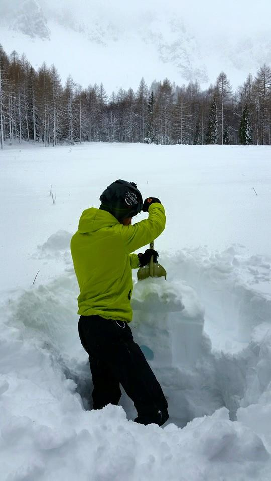Preverjanje trdnosti snežne odeje... Avtor fotografije: Pia Peršič (hodim torej sem)