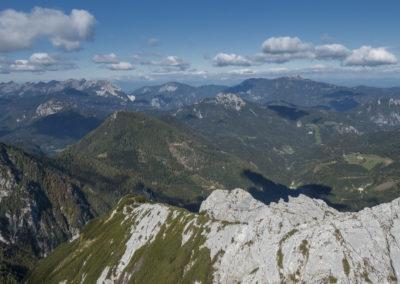 Levo zadaj greben Košute, malo bližje Jenkova planina, čisto blizu pa naš greben