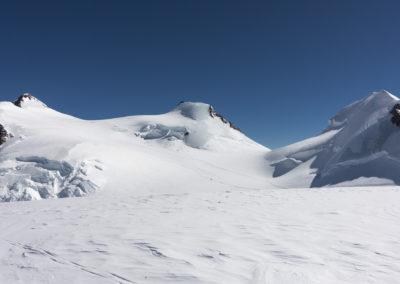 Levo Zumsteinspitze 4563m in desno Signalkuppe 4559m