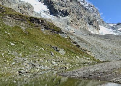 Utrinek iz poti s pogledom na Matterhorn