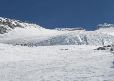 Levo vrh, pred tem pa ogromen ledenik